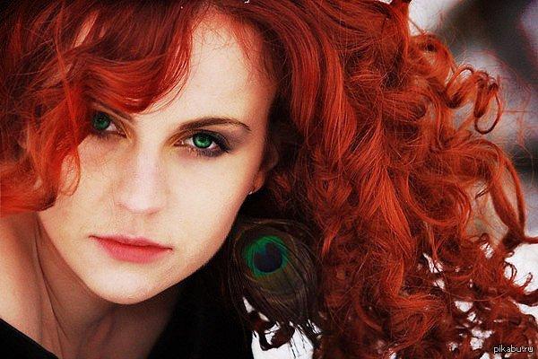В постели рыжая с зелеными глазами