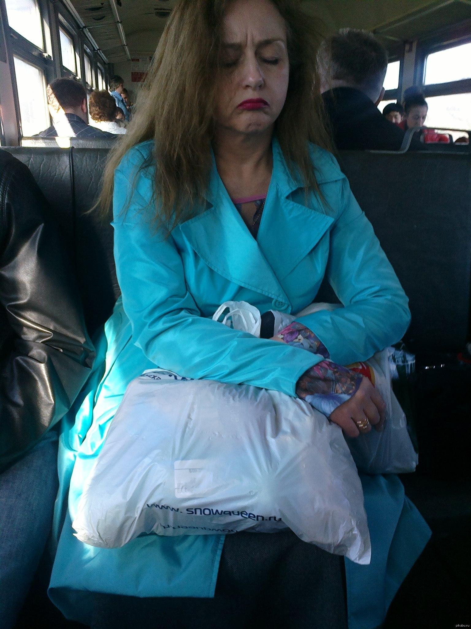 фото женщина в электричке
