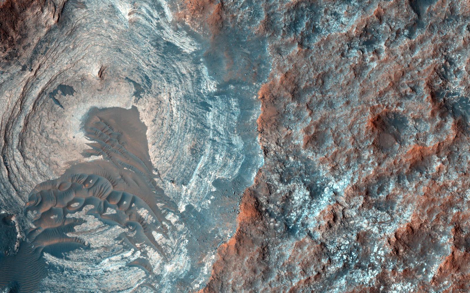 Темные дюны и наслоения на поверхности Марса.